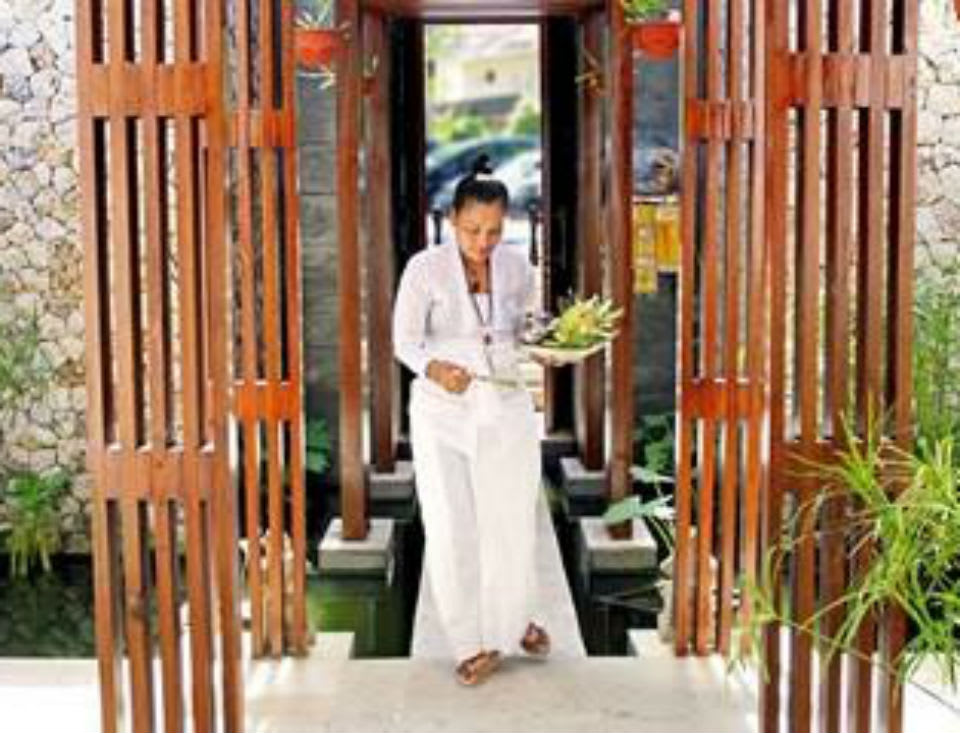 Meet Balinese High Priestess Ibu Jero at Anantara Uluwatu